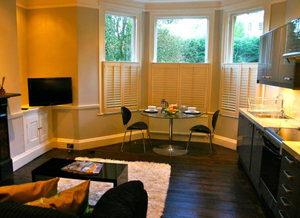 Stylish lounge and kitchen with dining in the bay windows!