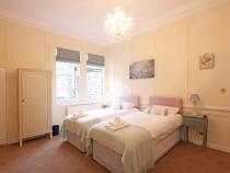 Pink bedroom 1st floor (sleeps 3/4)